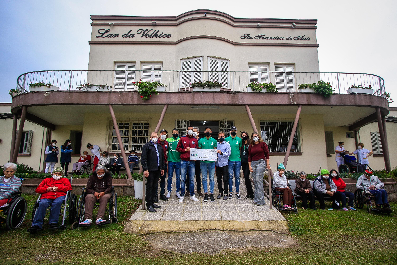 Juventude e Caxias realizam entrega do valor arrecadado no Ca-Ju solidário